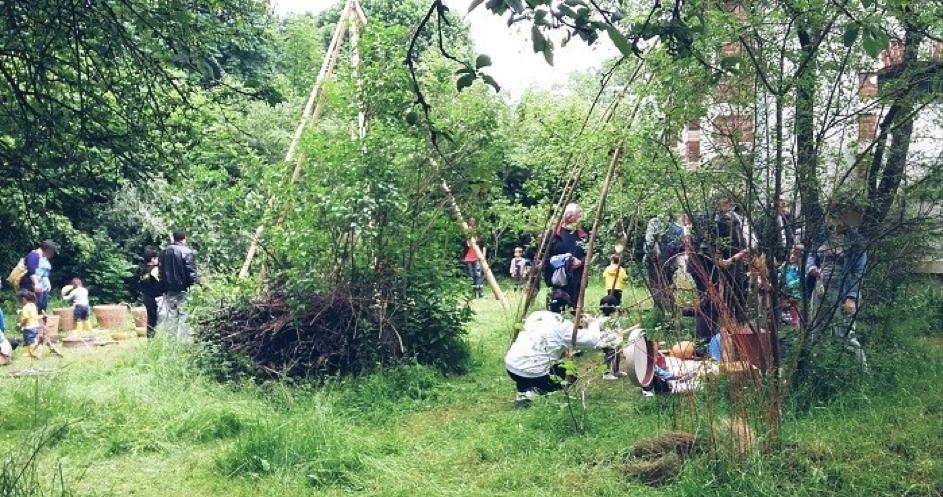 Personnes qui réalisent un atelier sur potager en permaculture