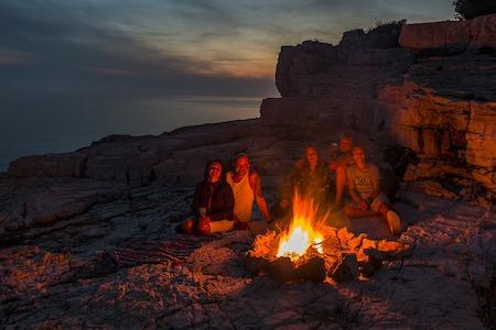 photos de jeunes amis autour d'un feu de camp en pleine nature