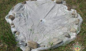 Image d'un système composé de film plastique et de cailloux permettant de récolter de l'eau