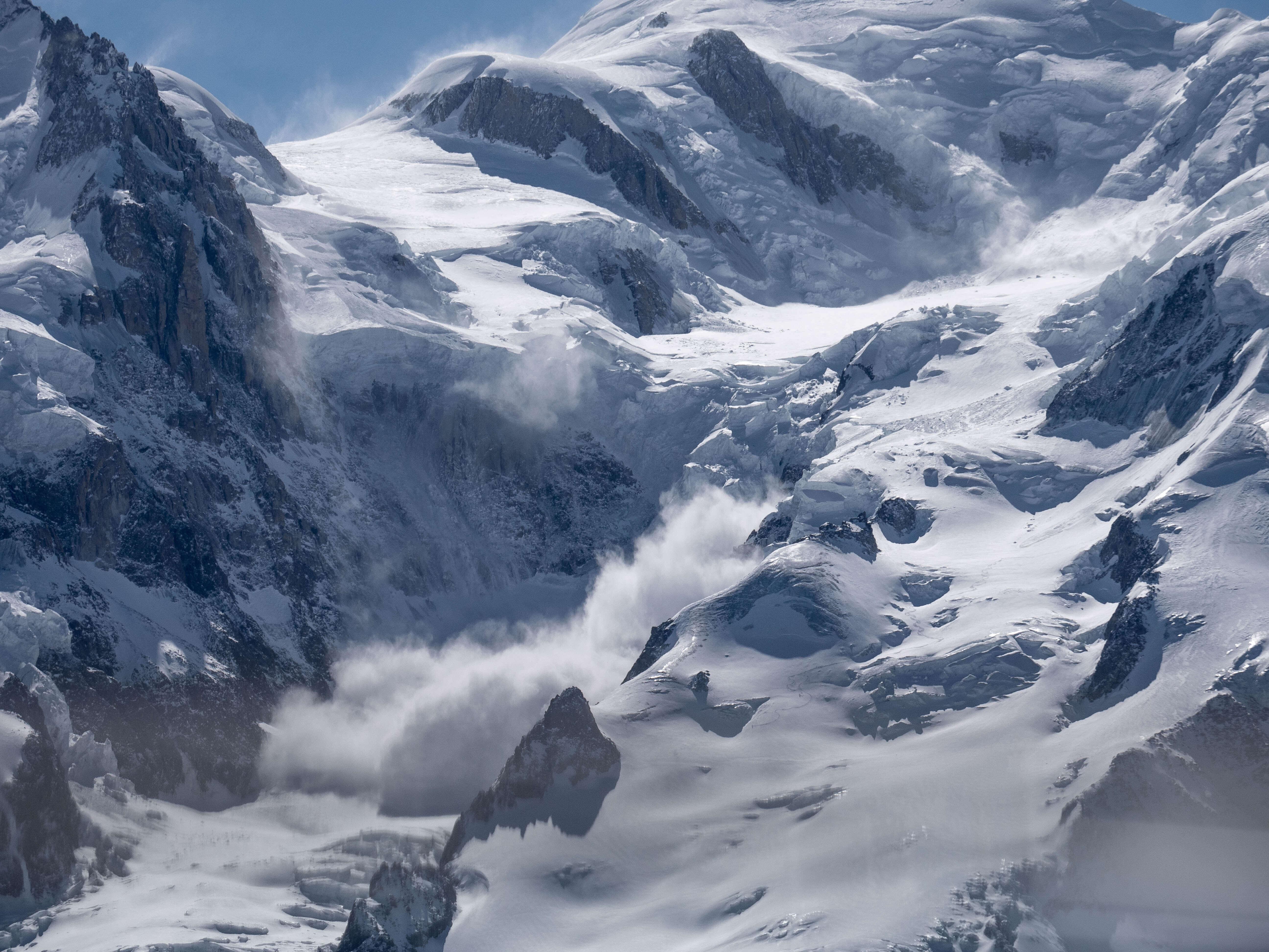 Image d'une avalanche emportant tout sur son passage, que faire dans ce cas ?
