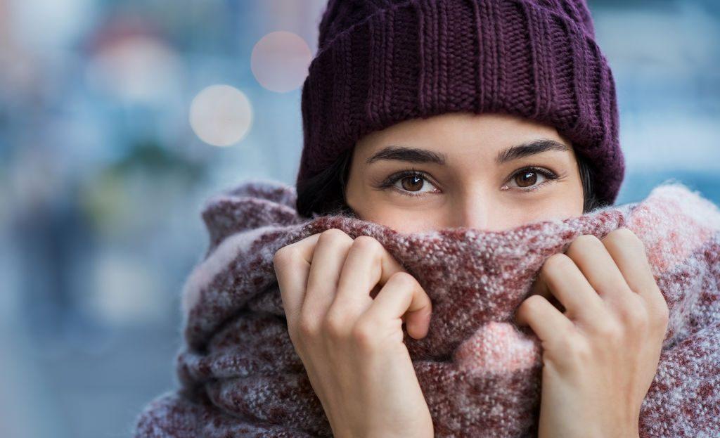 femme qui se réchauffe avec son écharpe