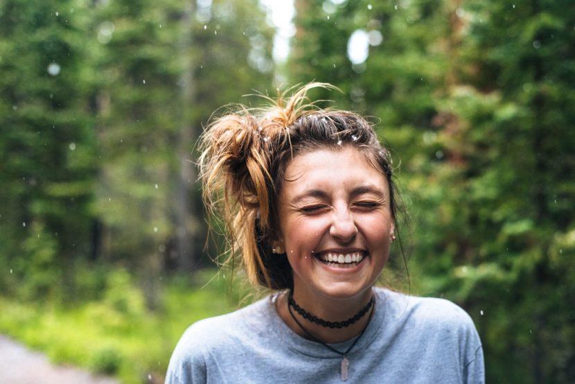 Femme qui sourie