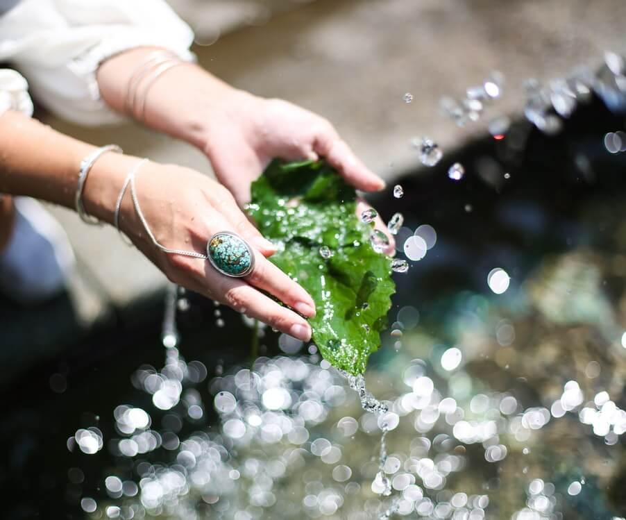 Image d'une femme trouvant de l'eau claire et potable en pleine nature