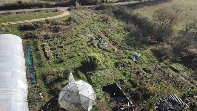 Vu du jardin d'émerveille un potager en permaculture et de l'ensemble de ses éléments