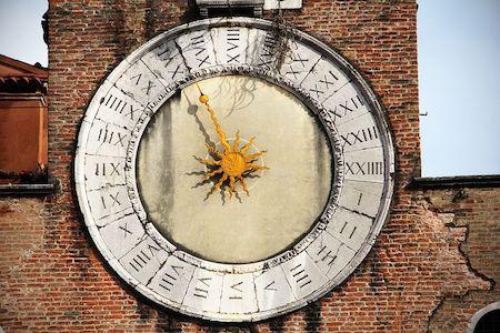 image d'un cadran solaire de style horloge et chiffres romains sur un clochet