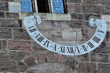 photo d'un cadran solaire d'époque peint sur un mur